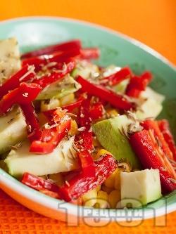 Салата с царевица, червени чушки и авокадо - снимка на рецептата